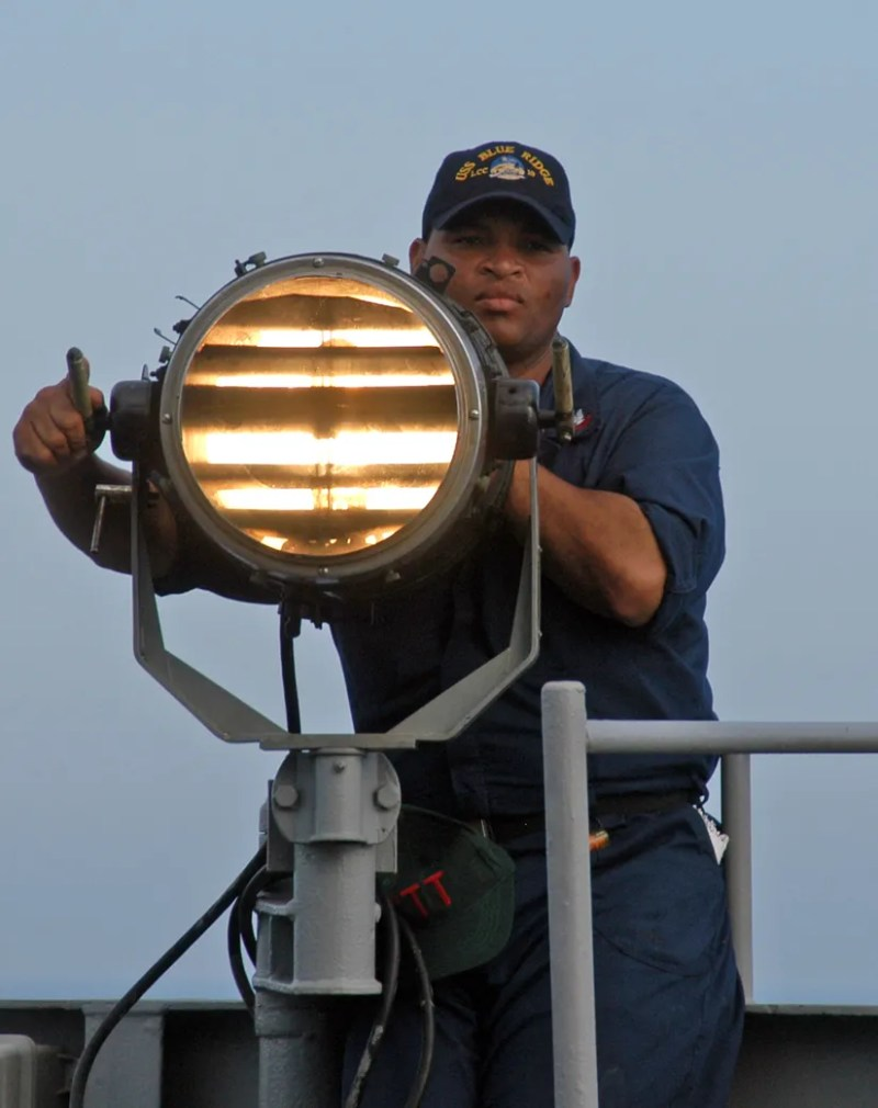 ABD donanmasından bir sinyalci Mors kodunu kullanarak sinyal gönderiyor.