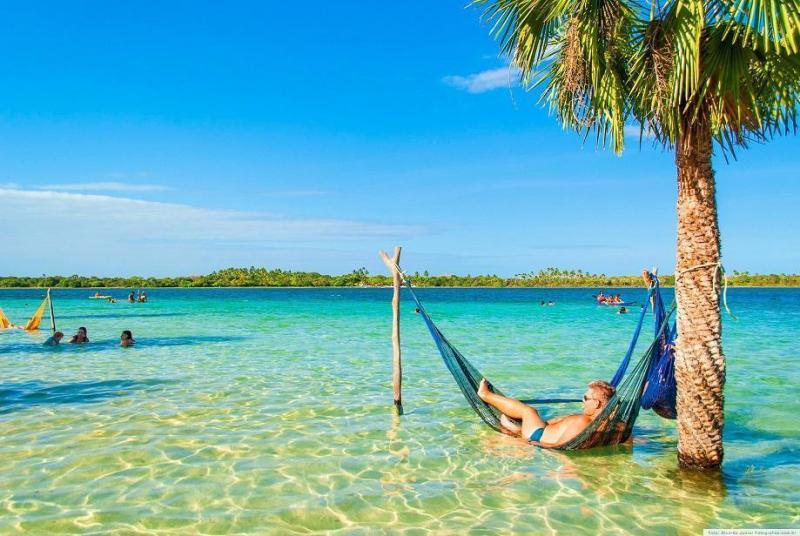 Os visitantes da Lagoa do Paraíso usam as famosas redes de Jeri para relaxar enquanto contemplam o lindo visual.