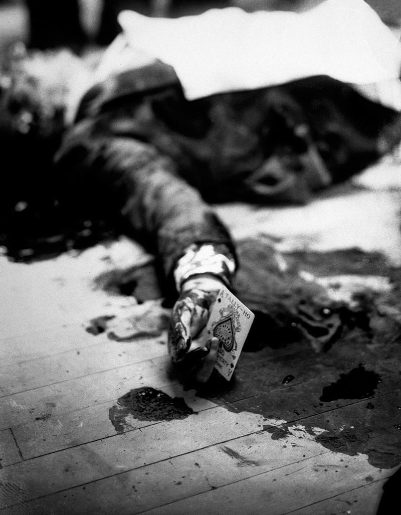 Убитый мафиози Джо Массерия на полу ресторана в Бруклине с пиковым тузом в руке история, факты, фото