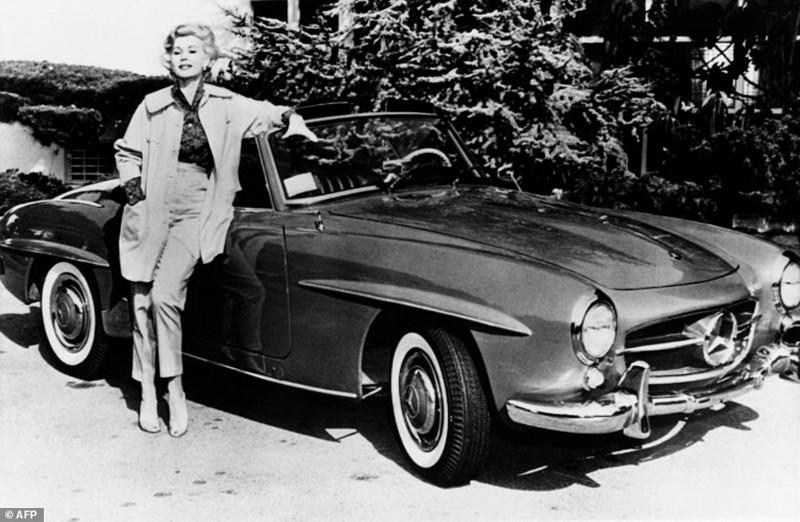 Жа Жа Габор рядом со своим Мерседесом, 12 мая 1958 год Жа Жа Габор, актриса, жизнь, смерть