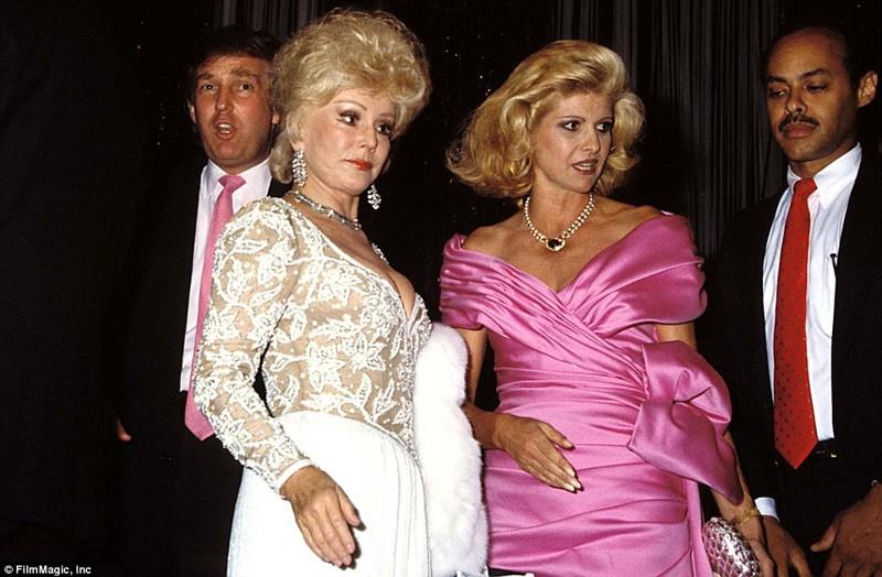 Жа Жа была настоящей светской львицей, как и ее младшая сестра Ева. На фото Габор вместе с  Иваной и Дональдом Трампами, 1988 год  Жа Жа Габор, актриса, жизнь, смерть