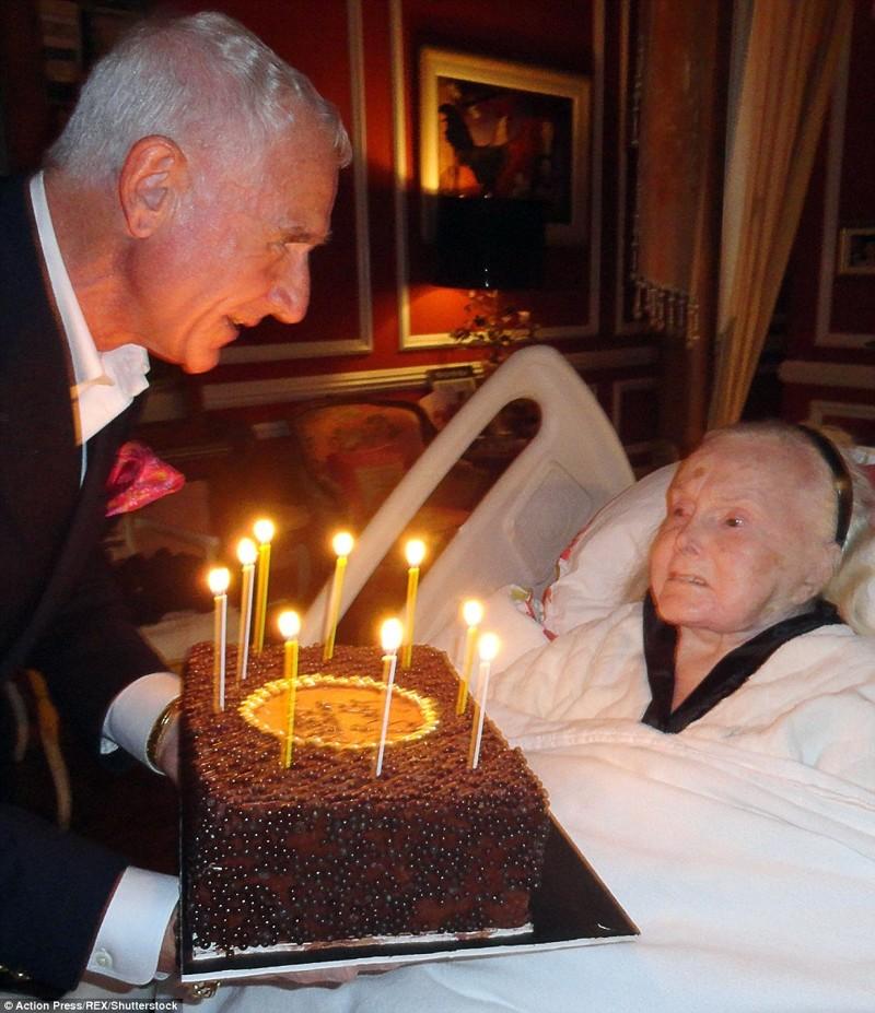 Фредерик Принц фон Анхальт с тортом на 95 день рождения Габор  Жа Жа Габор, актриса, жизнь, смерть