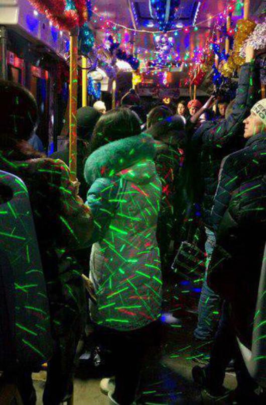 Любой клуб позавидует такой передвижной танцплощадке со светомузыкой новогоднее настроение, новый год, транспорт, украшения