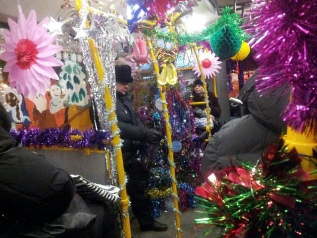 Выходишь из транспорта весь в мишуре, зато весёлый! новогоднее настроение, новый год, транспорт, украшения