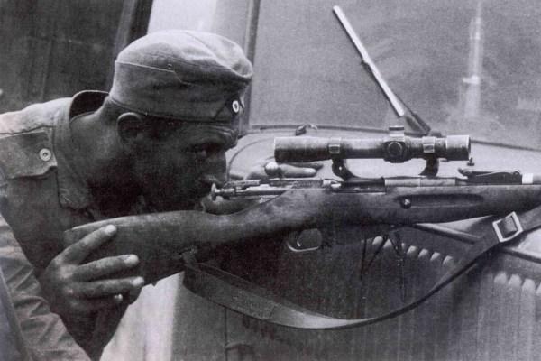 Фотографии противоборствующих сторон ВОВ с трофейным оружием