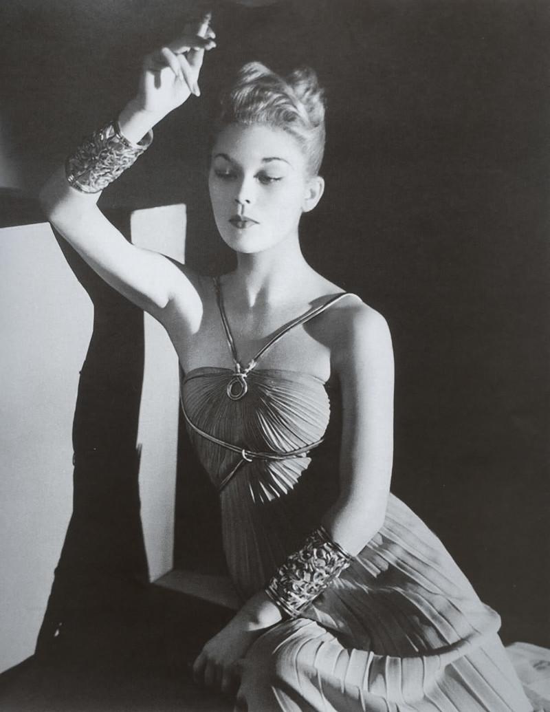 Курение не возбранялось,и даже считали , что это придает сексуальность.  20 век, девушки, красота
