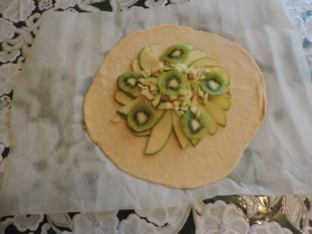 Выложить фрукты в середину, отступая от края см 4-5 еда, сделай сам, фоничка