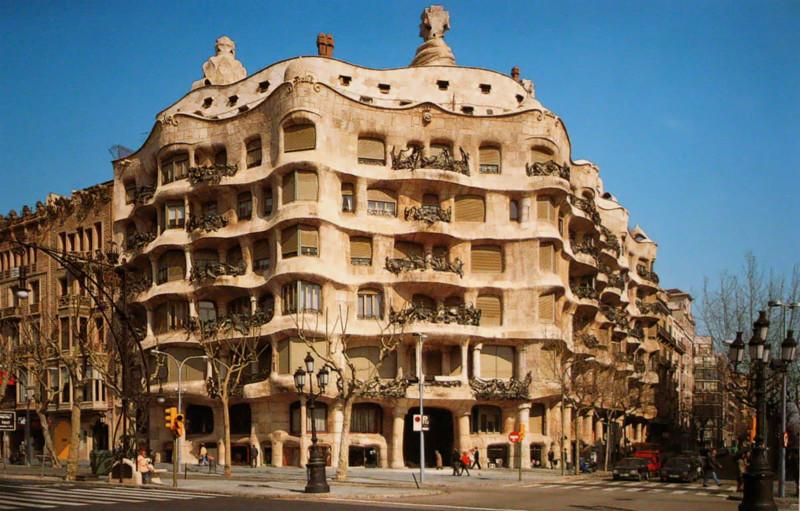 Каза Мила а Педрера, имеет множество названий Каменоломня, Осиное гнездо или Мясной пирог и считается самым таинственным шедевром Гауди, а также вершиной современной архитектуры архитектура, интересное, испания