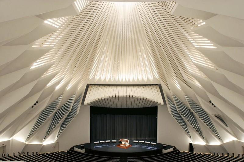 """Основной зал """"Симфония"""" занимает 6 471 м² и имеет 1616 посадочных мест. Зал оборудован органом. архитектура, интересное, испания"""
