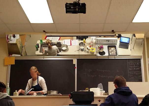 Зеркало на потолке в кабинете технологии – ученики видят всё, что делает учитель гениально, изобретения, подборка, студенты, школа