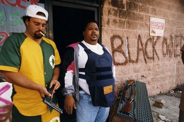Предприниматели готовятся защищать свой магазин от мародеров во время Лос-Анджелесского бунта. штат Калифорния, США, апрель 1992 года.  история, события, фото