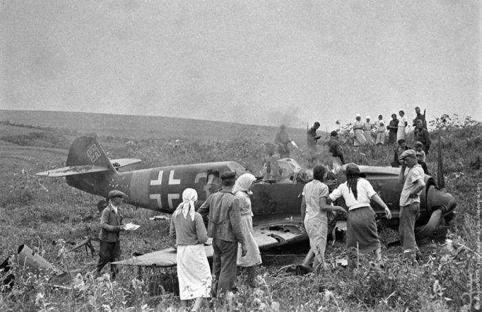 Колхозники рассматривают сбитый немецкий самолет, 1944  история, события, фото