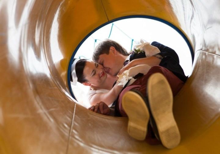 Он падает в трубу или выпал из неё? вынос мозга, жених, люди, невеста, прикол, свадьба, фотограф, юмор