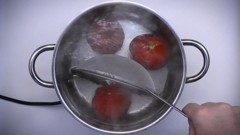 ошпариваем томаты ~30 сек (не варим) кулинария, рецепт, шакшука, яичница