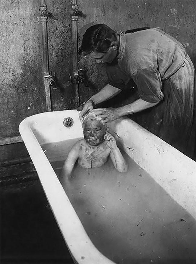Купание бездомного мальчика в Покровском детском доме. Москва, 1925 год беспризорники, гражданская война, дети, история, редкие снимки, россия, сироты, фото