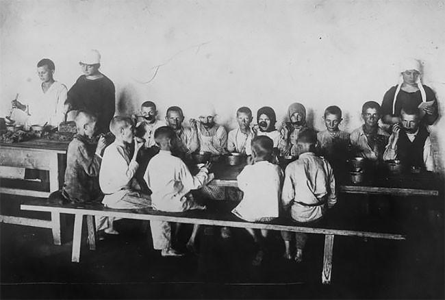Беспризорные дети за едой. Поволжье, 1921 год беспризорники, гражданская война, дети, история, редкие снимки, россия, сироты, фото
