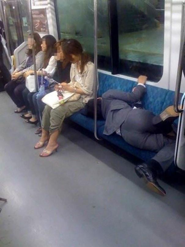 Кто сказал, что в метро нельзя комфортно спать? люди, метро, мир, подземка, прикол, фото, фрик, юмор