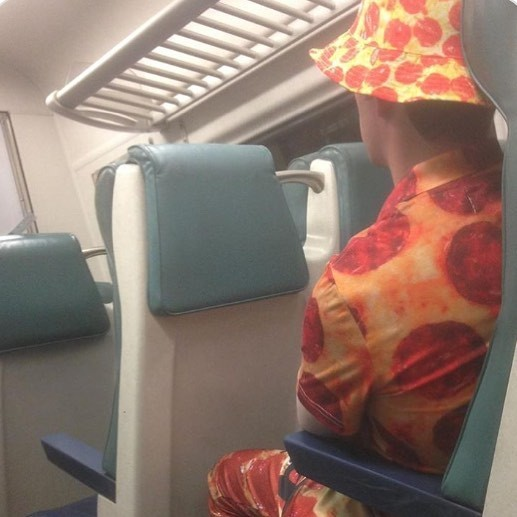 Любитель пиццы люди, метро, мир, подземка, прикол, фото, фрик, юмор