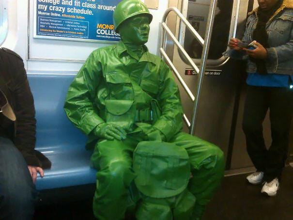 Игрушечный солдат  люди, метро, мир, подземка, прикол, фото, фрик, юмор