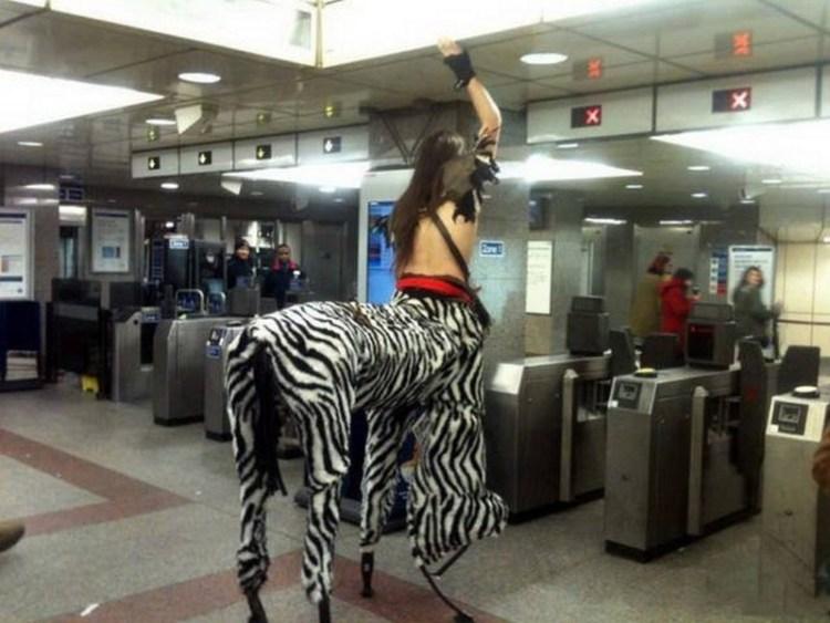 Кентавр XXI века люди, метро, мир, подземка, прикол, фото, фрик, юмор