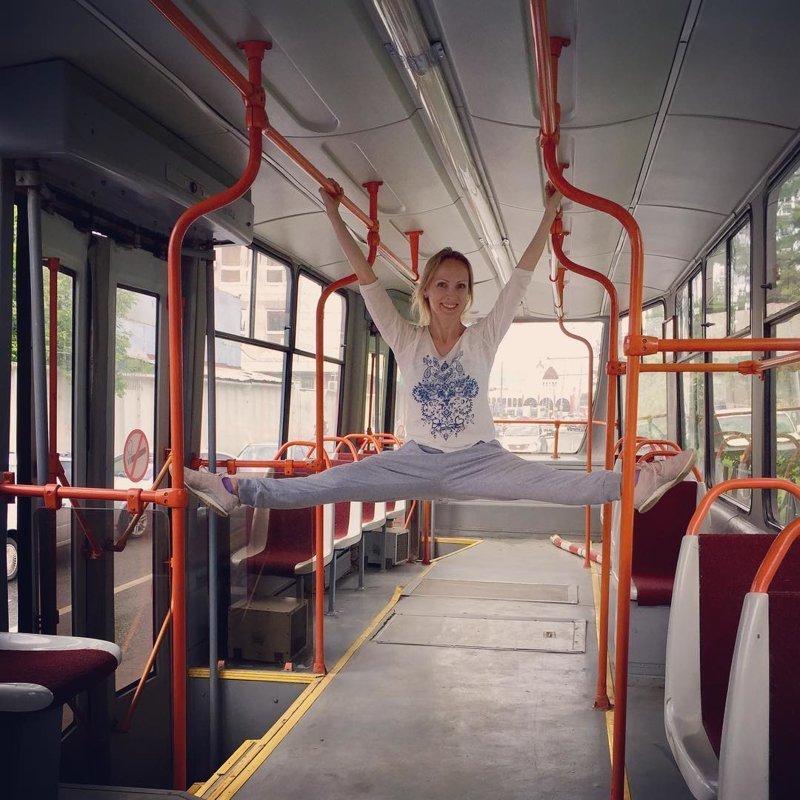А это фото и вовсе уникально - в общественном транспорте сделать шпагат куда сложнее, чем на арендованном авто волочкова, инстагарам, смешные подражатели, шпагаты, юмор
