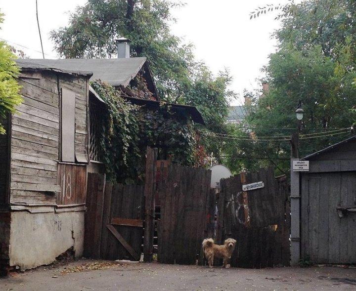 Но каждый снимок, словно какой-то сюрреализм Города России, всё тлен, города, депрессняк, жильё, развалины, трущобы