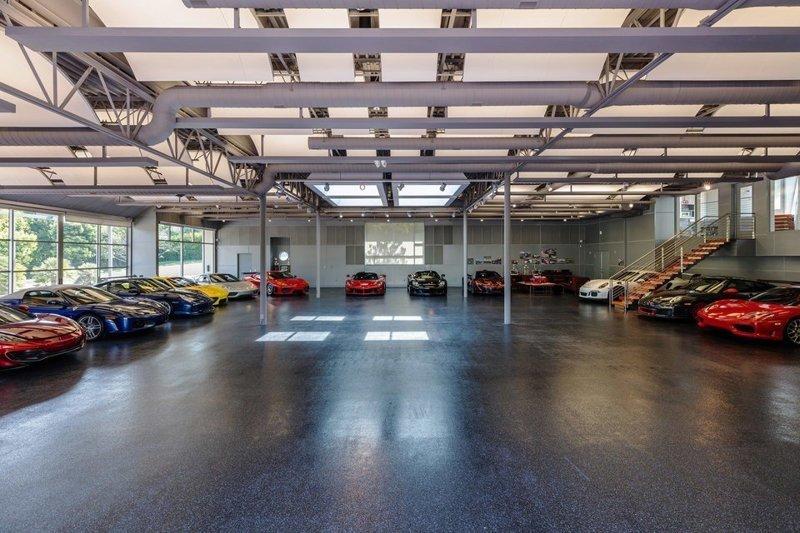 Машинки куда-то надо ставить. Автомобильный музей в Малибу с прилегающей территорией в 7000 футов и прилегающей с видом на гараж квартирой в 800 футов. $10,000,000 богато, вещи, дорого, миллиардеры, покупки