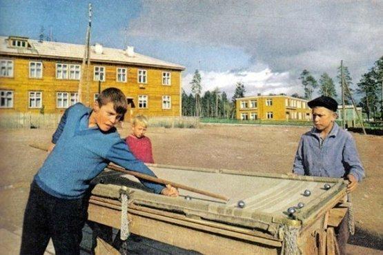Мальчишки в Братске играют в бильярд, сделанный своими руками, и покрытый старым одеялом. 1967 год СССР, история, фотографии