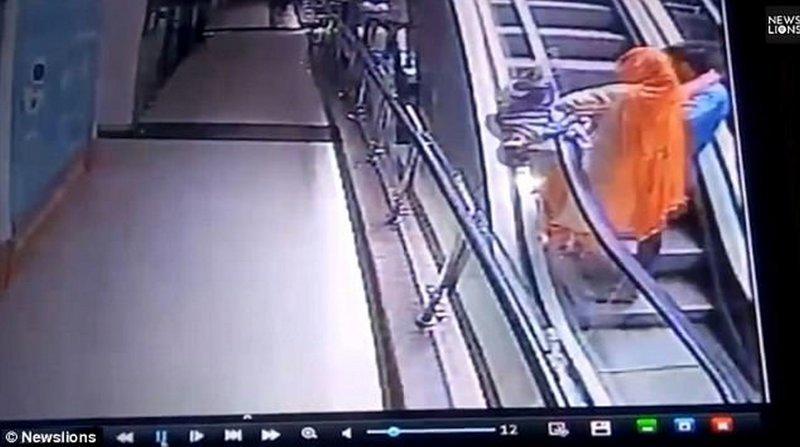 В Индии женщина уронила ребенка с эскалатора из-за селфи видео, несчастный случай, происшествия, ребенок, селфи, смерть, страшно