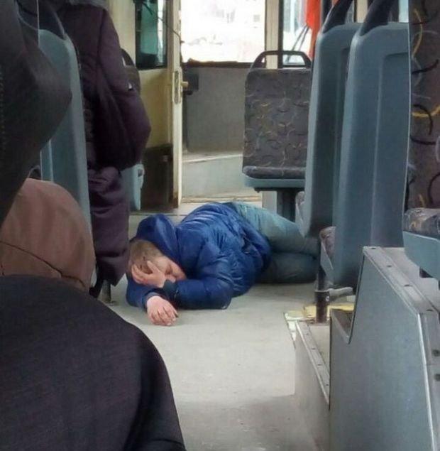 Ну уснул на полу, ну с кем не бывает люди, отвратительные люди, плохие люди, транспорт, ужас, фото, фу такими быть