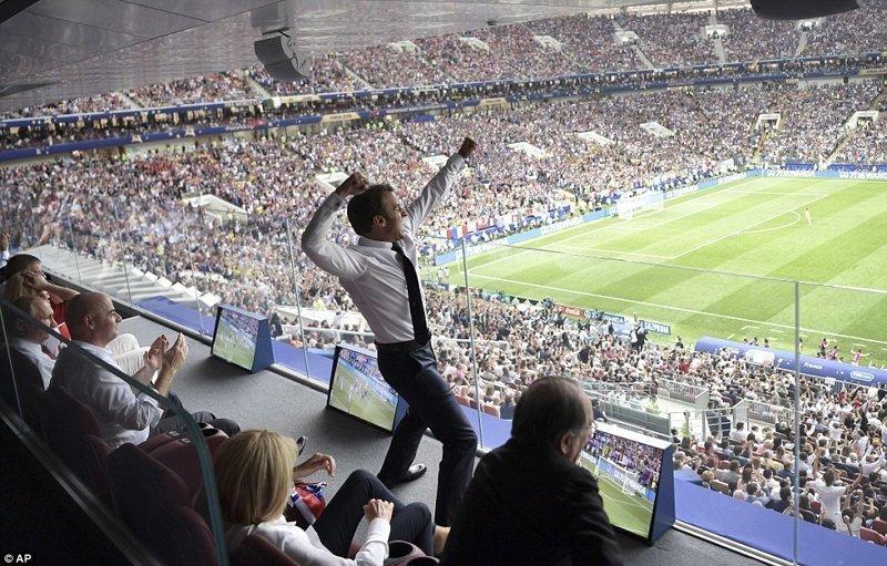 Президент Франции Эммануэль Макрон радуется победе ynews, ЧМ 2018 по футболу, болельщики, париж, победа, празднование, франция, футбол 2018
