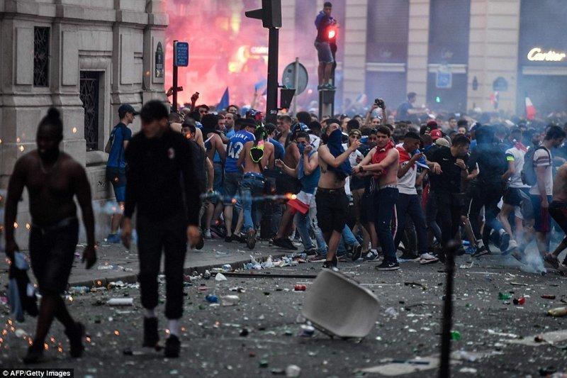 За порядком в фан-зоне, вмещающей примерно 90 000 человек, во время матча следили 4 000 полицейских, а затем и болельщики, и полиция переместились на Елисейские поля и соседние улицы ynews, ЧМ 2018 по футболу, болельщики, париж, победа, празднование, франция, футбол 2018