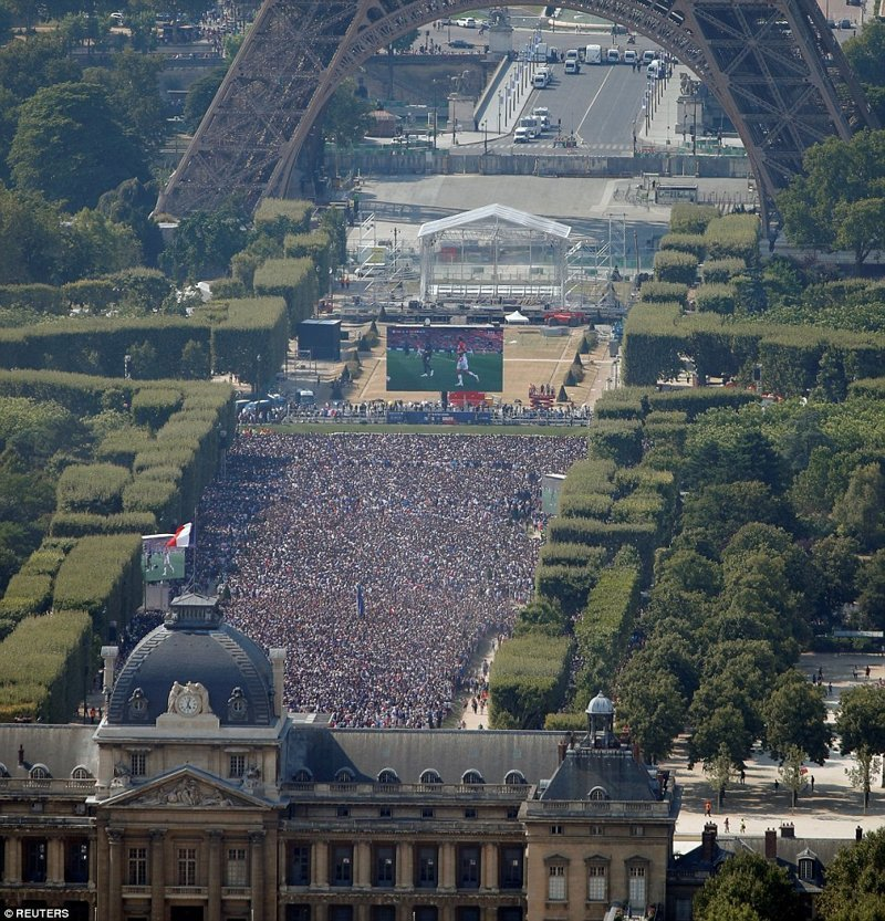 Триумф: 90 000 человек собрались в фан-зоне неподалеку от Эйфелевой башни, чтобы посмотреть матч на больших ТВ-экранах ynews, ЧМ 2018 по футболу, болельщики, париж, победа, празднование, франция, футбол 2018