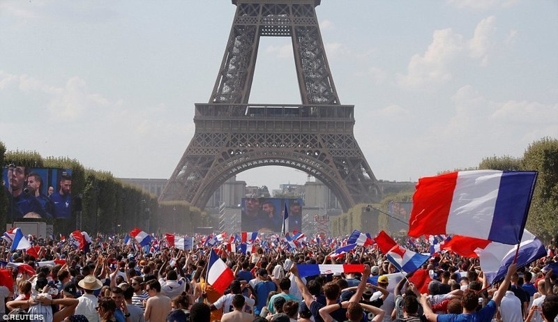 Как гуляла Франция после победы на Чемпионате мира по футболу ynews, ЧМ 2018 по футболу, болельщики, париж, победа, празднование, франция, футбол 2018