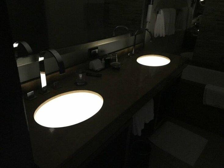 Подсветка раковин в ванной гостиничного номера