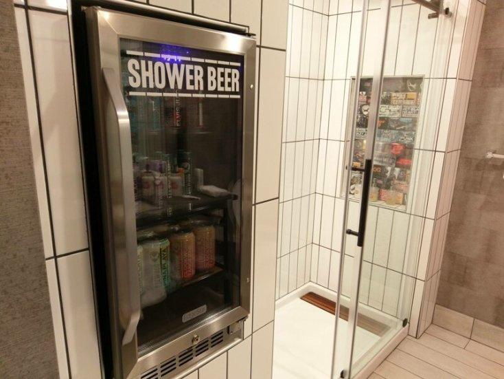 В этом отеле встроенный холодильник с напитками расположен рядом с душем