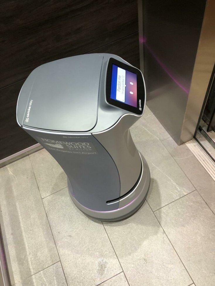 Этот отель оборудован роботами, которые доставляют воду и другие мелкие заказы в номера постояльцев