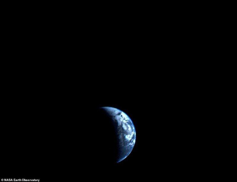 1977 жылдың қыркүйегіндегі Voyager1 кемесінен жасалған суреттер. Жерді Эверест тауынан жоғары орналасқан жерден көру