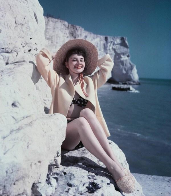 Красавицы мирового кино в купальниках на пляже