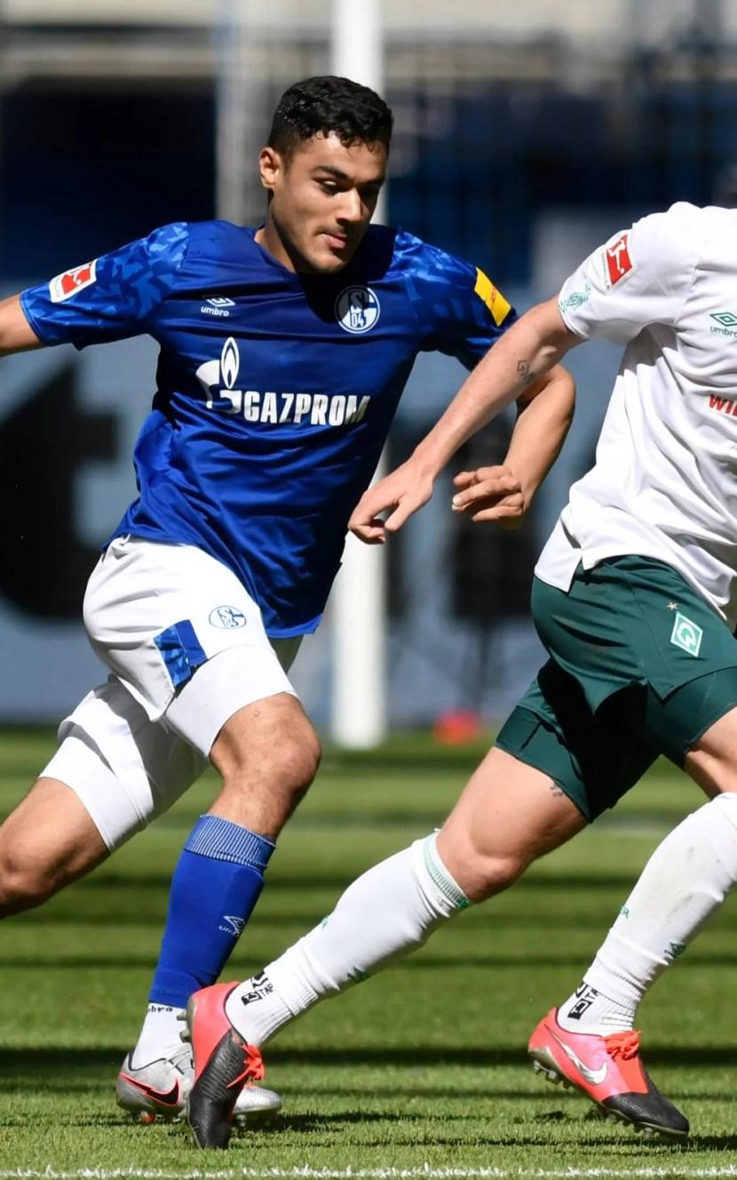Ozan Kabak in action for Schalke 04