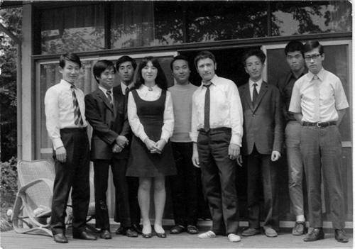 Friedrich Witt während seiner Dozententätigkeit in Asien mit Schülern