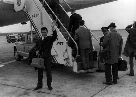 Friedrich Witt auf dem Weg ins Flugzeug nach Japan
