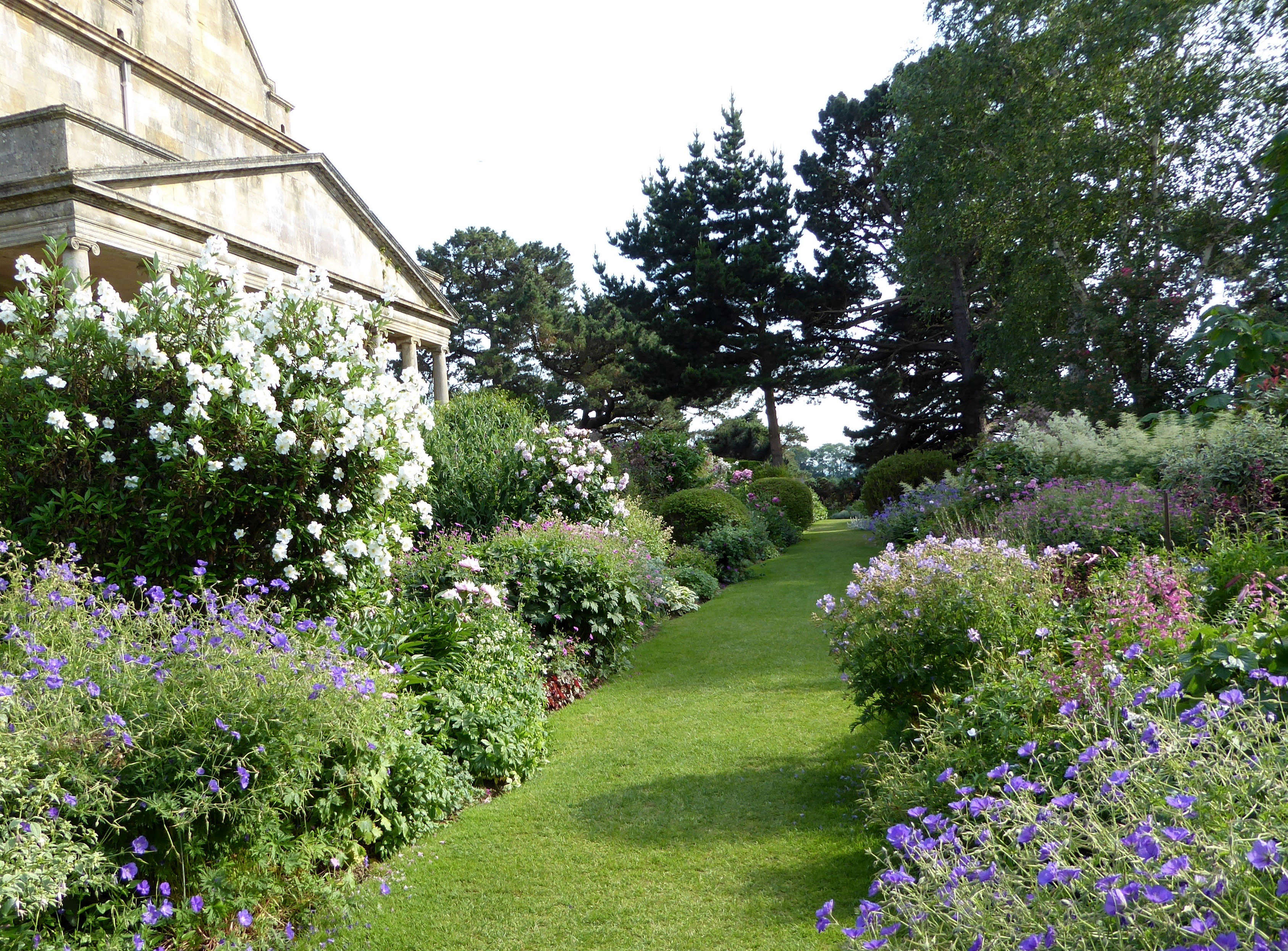 10 Garden Ideas to Steal from the Cotswolds - Gardenista on Romantic Backyard Ideas id=97343