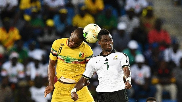 Mali's midfielder Yacouba Sylla (L) heads the ball with Ghana's midfielder Christian Atsu during the 2017 Africa Cup of Nations group D football match between Ghana and Mali in Port-Gentil on January 21, 2017.  Justin TALLIS / AFP