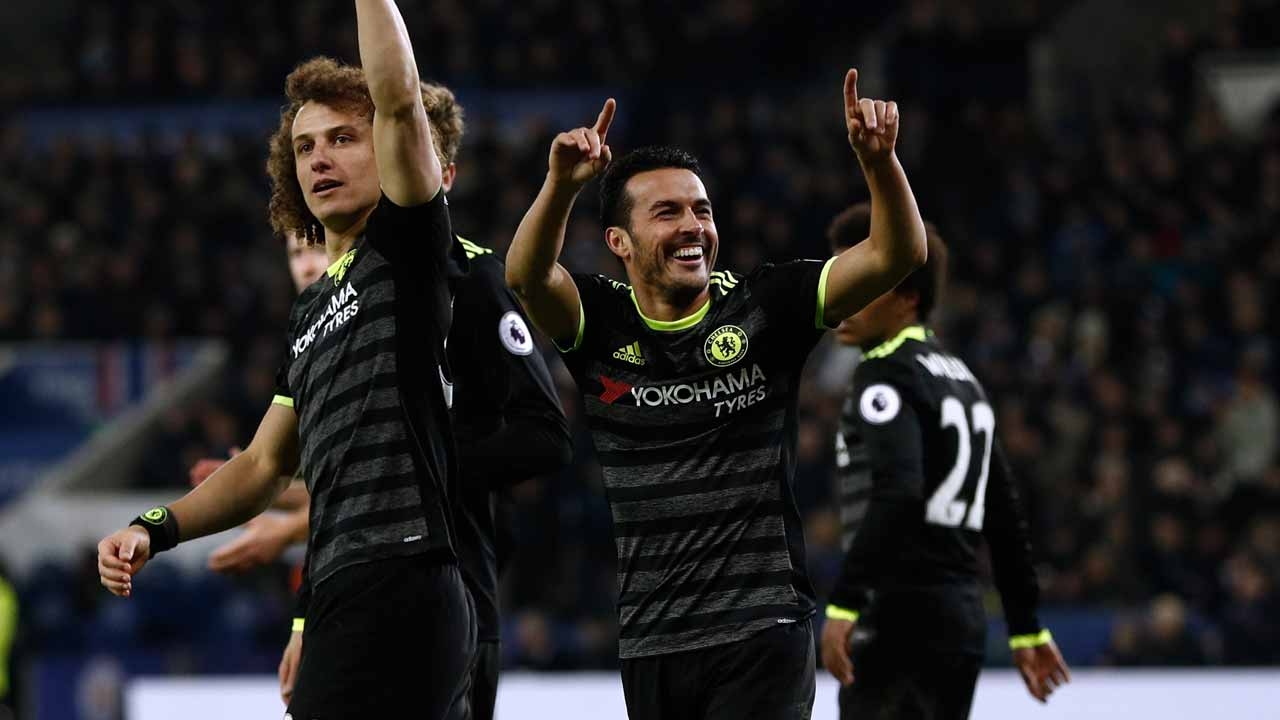 Chelsea's Spanish midfielder Pedro (2nd R) celebrates with teammates after scoring their third goal during the English Premier League football match between Leicester City and Chelsea at King Power Stadium in Leicester, central England on January 14, 2017. Cheslea won the game 3-0. Adrian DENNIS / AFP