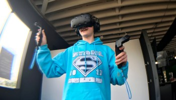 Teen tries out virtual reality