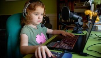 """""""从教室到云端"""":当冠状病毒迫使我孩子的学校上网时发生了什么"""