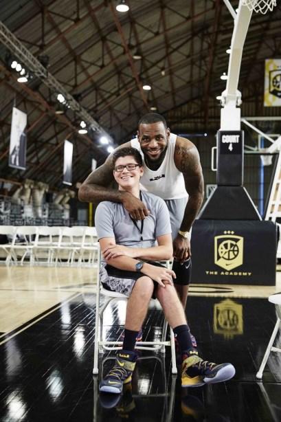 Matthew Walzer, ispiratore della scarpa Nike Flyease, e il campione di basket James Lebron