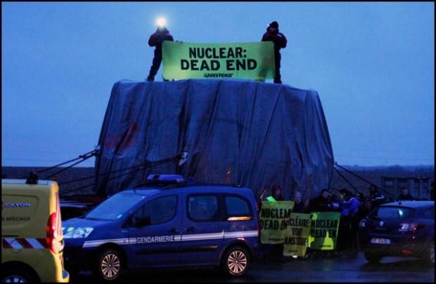 Action lors du transport de la cuve de l'EPR de Flamanville, non-corforme aux exigences de sécurité © Nicolas Chauveau / Greenpeace
