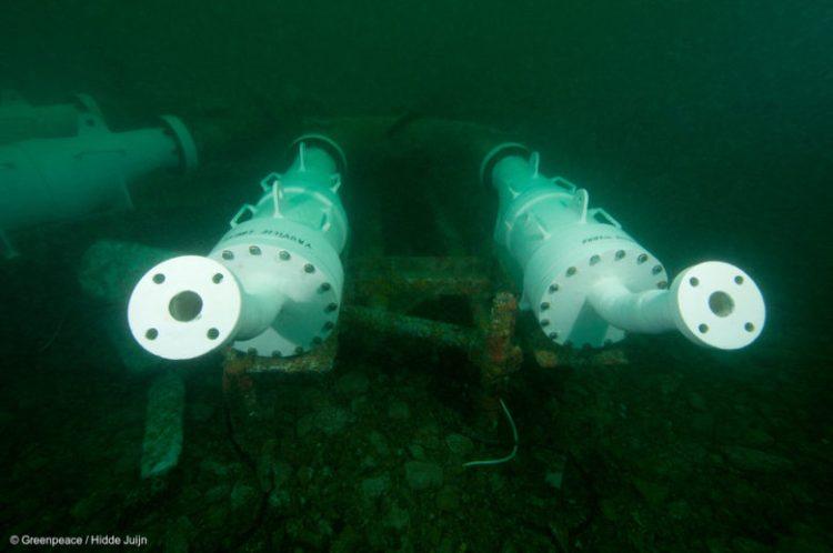 Prélèvements d'eau de mer à la sortie de l'usine de retraitement nucléaire de la Hague